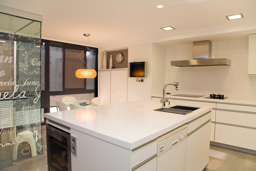 Cocina y lavatorio en el centro de la cocina - Cocinas en valencia ...