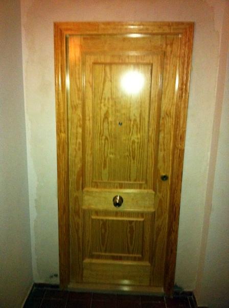 Foto puerta blindada de entrada a vivienda en pino melix - Puertas de pino ...