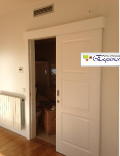 Foto puerta corredera blanca de puertas y ventanas for Puerta corredera blanca