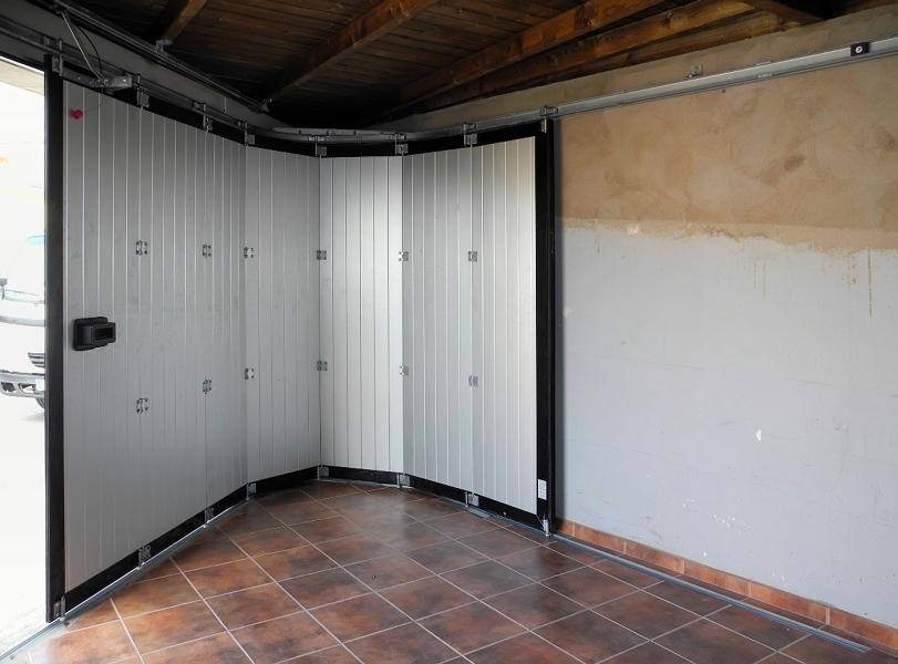 Foto puerta corredera curva de aluminio de portore s a for Precio puerta corredera aluminio