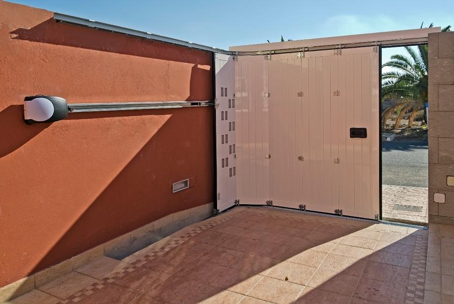 Foto puerta corredera curva en aluminio de portore s a for Precio puerta corredera aluminio
