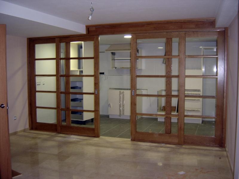 Foto puerta corredera en madera maciza de construcciones for Correderas para puertas de madera