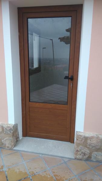 Foto puerta de aluminio color madera de csv carpinteria for Ventanas de aluminio color madera precios