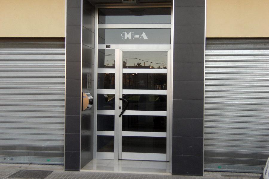 Foto puerta de aluminio portal de al cris castellon cb - Puertas de aluminio fotos ...