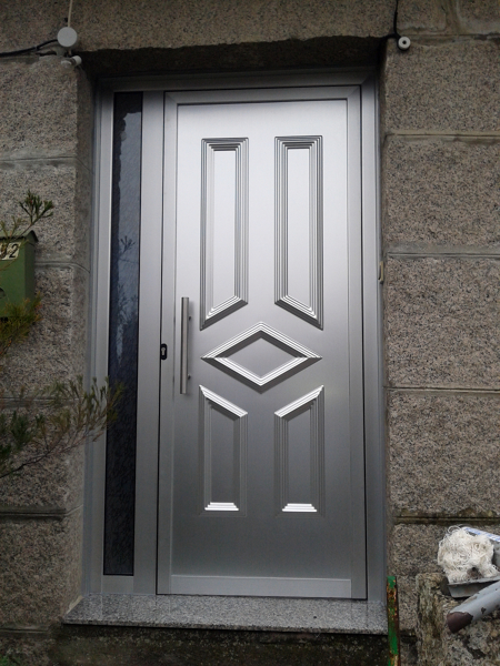 Foto puerta de entrada vivienda aluminio anodizado de for Puertas de calle aluminio precios