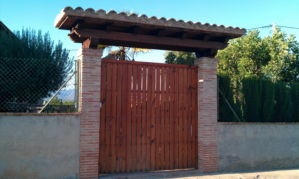 Tejadillos de madera para puertas de entrada diseo de for Puertas de entrada de madera baratas