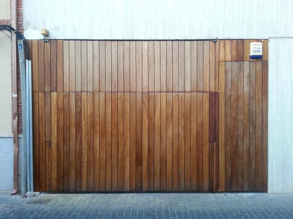 Foto puerta de garage forrada en madera de iroko de - Garage de madera ...