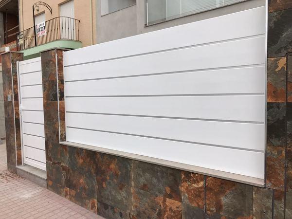 Foto puerta peatonal y verja de aluminio para fachada for Fachada aluminio