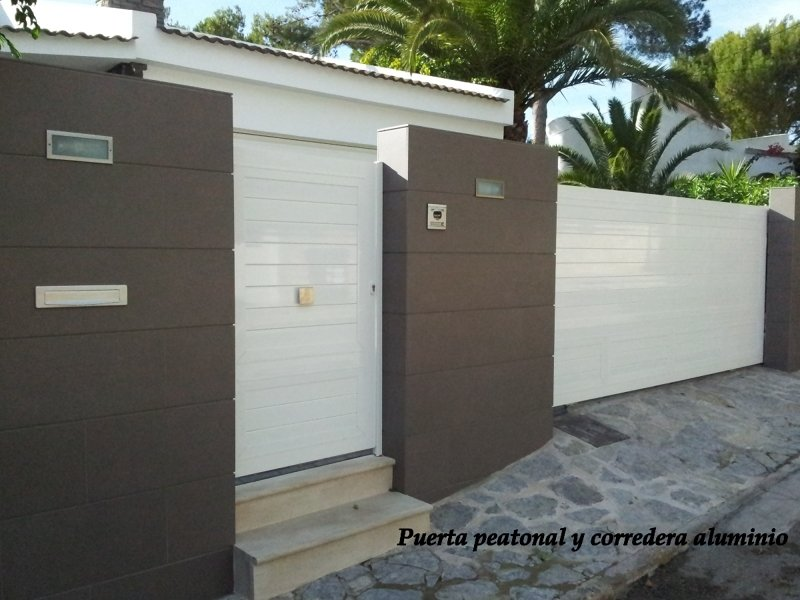 Foto puerta peatonal y corredera entrada a jardin de - Puertas de hierro para jardin ...