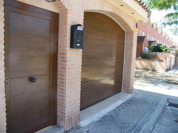 Foto puerta seccional en imitacion madera superliso con for Puertas imitacion madera exterior