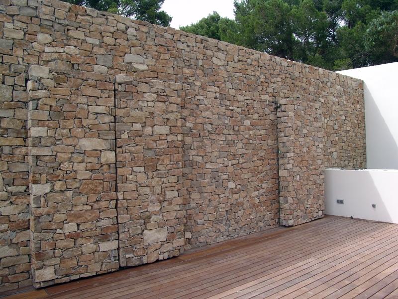 Foto puertas automaticas en piedra natural de empedrats - Muro de piedra natural ...