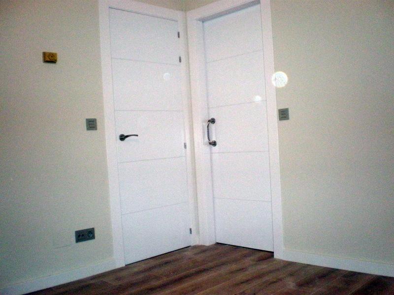 Foto puertas blancas lacadas de corema construcciones for Precios puertas interior blancas