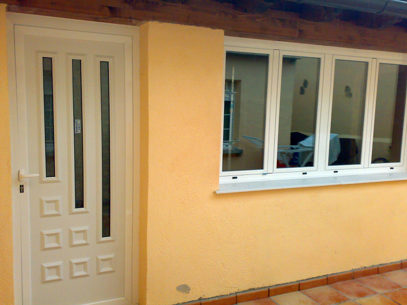 Foto puertas de aluminio decoradas y ventanas de for Puertas de calle aluminio precios