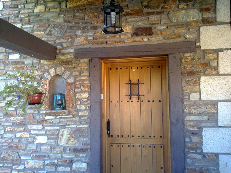 Foto puertas de calle de madera blindadas de habitat for Puertas de calle de madera