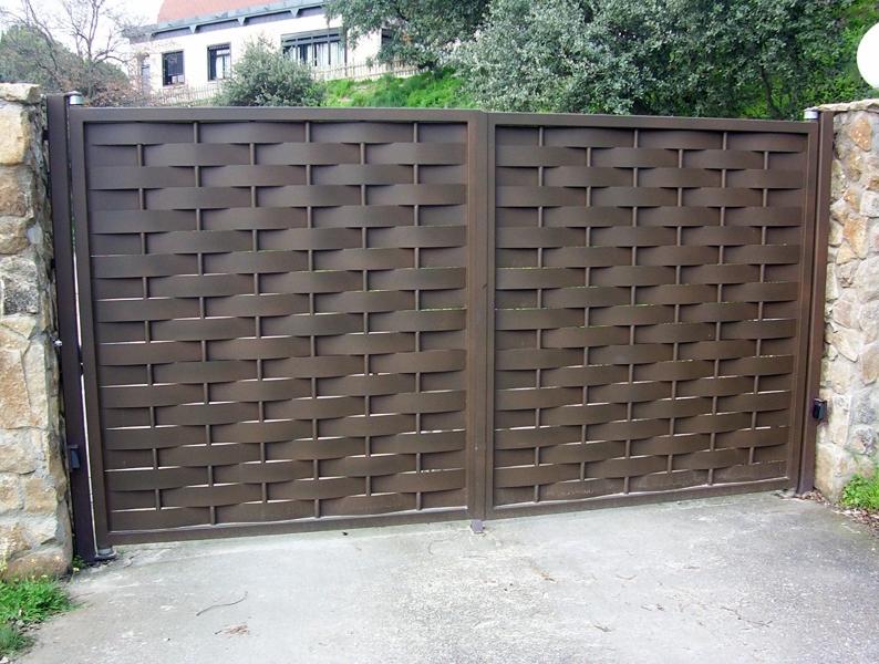 Foto puertas de chapa ondulada de alvarado talleres for Casas de chapa para jardin