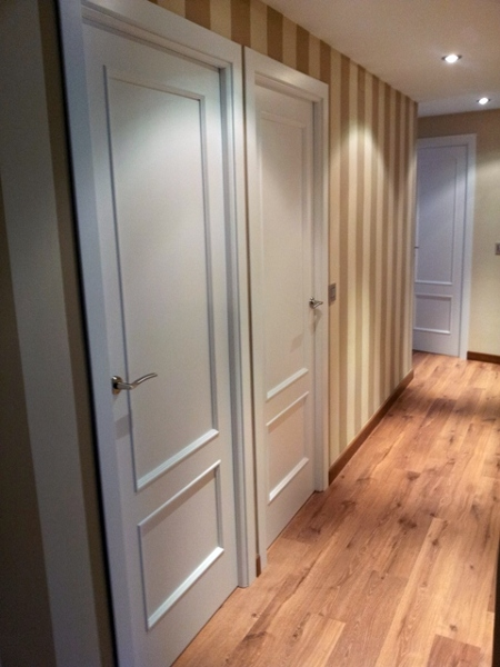 Foto rayas pasillo y lacado puertas de decoplacen s l - Pasillos pintados a rayas ...