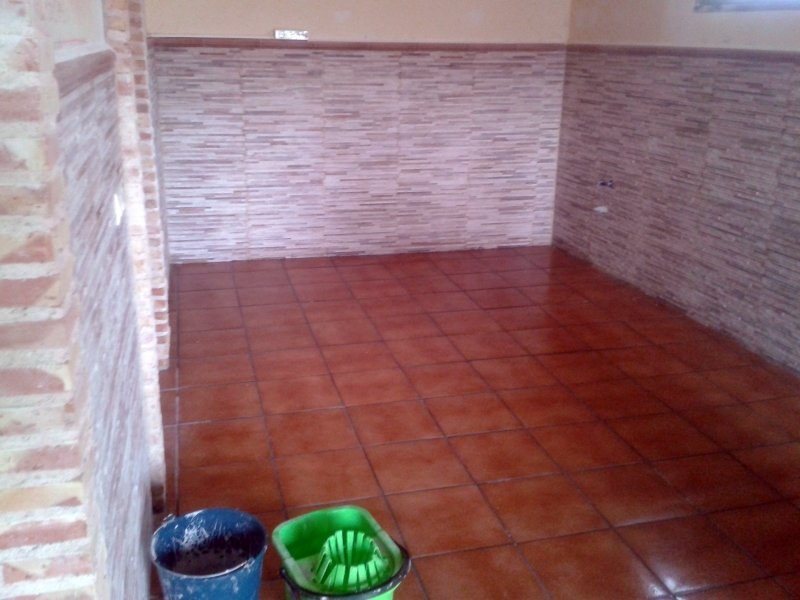 Foto reforma con solado y z calo en unifamiliar de grupo for Zocalos para garajes