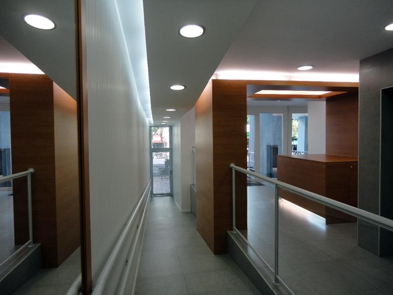 Foto remodelaci n de acceso a edificio de oficinas de for Remodelacion oficinas