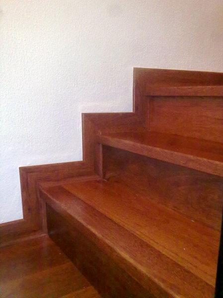 Foto revestimiento de escalera con tarima imitacion a la - Tipos de madera para suelos ...