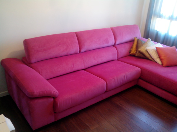 Foto tapizado sofa con chaise longue rosa chicle de for Sofa con chaise longue