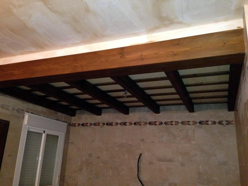 Foto techo de interior para cocina vigas de madera y ladrillo de soleria de decopergola - Cambiar vigas de madera ...