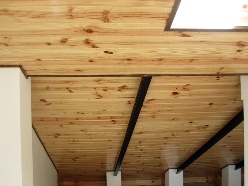 Foto techo madera con vigas metalicas de rovera espacios for Tejados de madera modernos