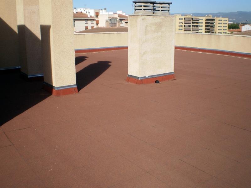 Foto terraza de pizarra terminada con loseta asf ltica for Cubierta piscina transitable