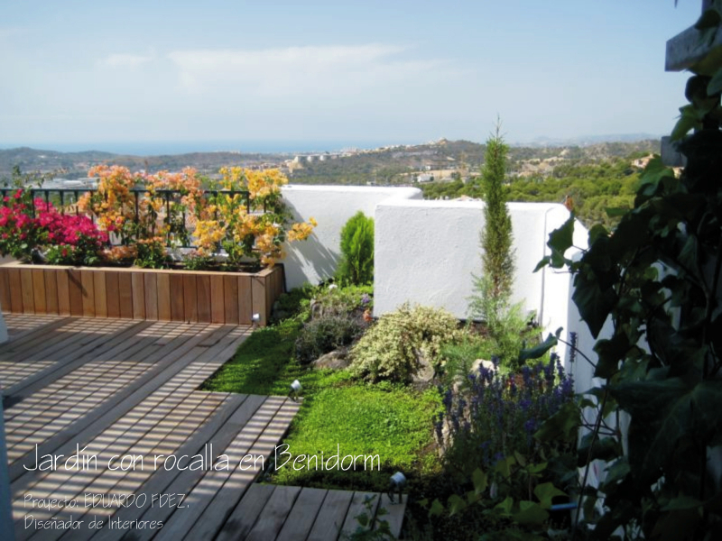 Foto terraza y peque o jard n en benidorm de dec 157684 for Jardines urbanos en terrazas