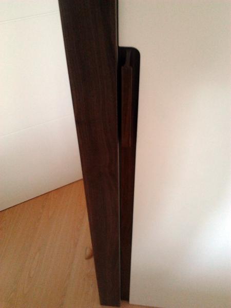 Foto tirador de puerta corredera en madera de nogal for Tirador puerta corredera
