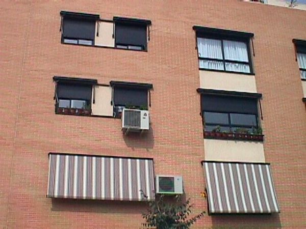Foto toldo cofre para ventanas y miradores de toldos for Carriles de aluminio para toldos