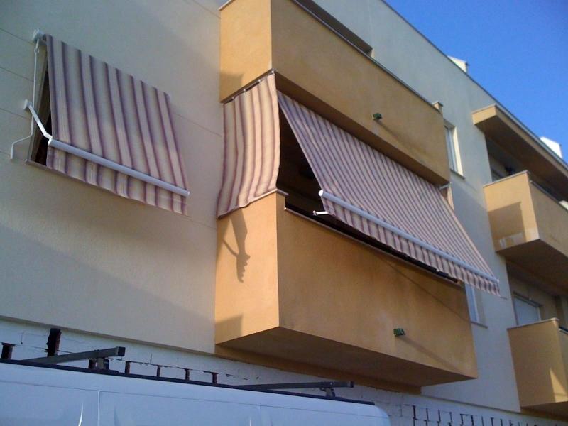 Foto toldo de balc n y ventana de blasco persianas y for Toldos de lona para balcones