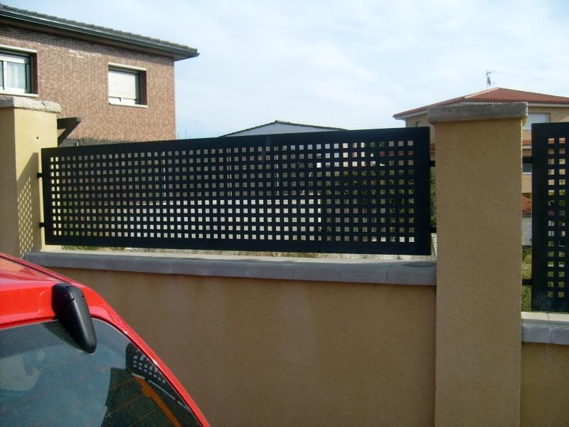 Foto vallas de chapa con agujeros cuadrados de 2cmx2cm de - Vallas para parcelas ...