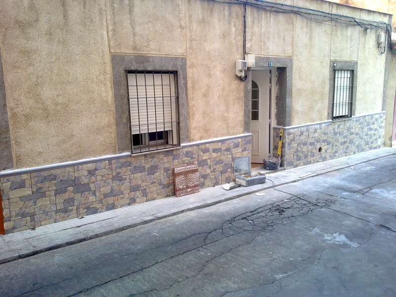 Foto zocalo fachada de iv n construcciones y reformas for Zocalo fachada exterior