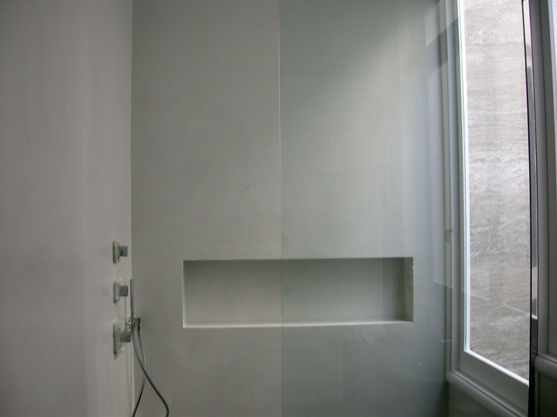 Foto zona de ducha microcemento blanco de topmicrofloor for Microcemento banos precio