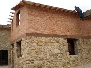 Foto fachada de pizarra y ladrillo rustico de construcciones y reformas virgen de la sierra - Fachadas ladrillo rustico ...