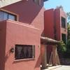 Pintura de fachada exterior en edificio de 2 plantas y patio de luz