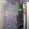Humedades en una pared colindante a un baño (plato de ducha)