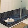 Quitar bañera poner plato de ducha azulejos suelo.