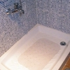 Cambiar los azulejos y plato de ducha de un baño.