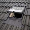 Instalación de dos velux en tejado y conducto de luz en caja de escaleras
