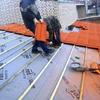 Colocar tejas en un agua del tejado