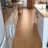 poner lamas de vinilo (imitando al parquet) en la cocina