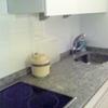 Encastrar fregadero y grifo en pequeña encimera de granito