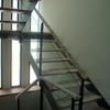 Escalera con viga de hierro y peldaños de madera