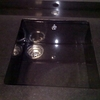 Pegar los laterales de un fregadero de granito