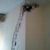 Colocación de testigo de yeso en grieta en muro de hormigón