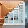 Un barandado de interior en escalera de madera y barrotes