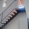 Escalera de 3 o 4 escalones, con una barandilla exterior