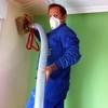 Insuflar celulosa en los techos rasos de casa.