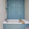 Alicatar dos baños, incluso azulejos de media calidad, sin plaquetas del suelo.